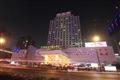 酒店在夜色下顯得華美耀眼。