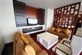 行政酒廊一角,配置舒適沙發與液晶電視以作休閒空間。