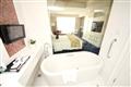 臥房與衛浴僅一玻璃之隔,大膽時尚的穿透設計。