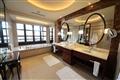 大使別墅二樓的主臥浴室採用大理石材打造,裝潢高貴氣派。