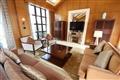 大使別墅起居室奢華高貴,落地窗外可賞園林景致。