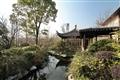 庭院水池,倒映蒼翠林景。
