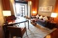 尊貴客房起居室暖色調的家具擺設,令人備感舒適溫馨。