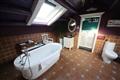 星空大床房衛浴間空間寬敞,獨立浴缸可享受花瓣澡或泡泡浴。