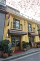 柳湖小築位於西湖畔南山路的小巷內,鮮明的鵝黃色調給人清新活力的印象。