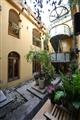 旅舍空間內擺設許多植栽,以環保綠化來美化環境。