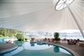 戶外泳池的帆狀屋頂可遮陽擋雨