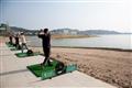 練習打水上高爾夫的遊客