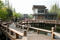曲橋連接著各餐廳