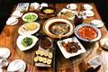餐廳以雲南菜系為主,餐桌上多可見酸、辣風味的可口料理。