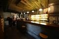 吧台區透過燈影營造慵懶氣氛,適合來上幾杯。