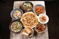 餐廳推出各種美味可口的西式餐點,包含義大利麵、披薩、沙拉、酥炸點心等。