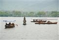 小船圍繞著瓶形小石塔