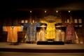 宮廷中以絲綢製成的的龍袍展示