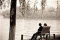 遊客於湖邊閑情談心
