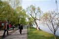 堤岸步道行人