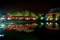 池面倒映著迴廊燈飾
