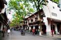 街道各式絲綢商店林立