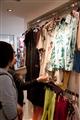 顧客挑選絲質衣物