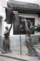 晾絲綢的婦女塑像
