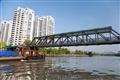 負責水上運輸的船隻正穿過一座座的橋樑
