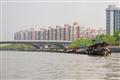 接連成串的運砂船成位運河上的特殊景觀