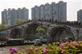 拱宸橋與背後高樓的對照