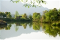 湖面倒映著山水美景