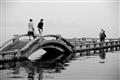 遊客漫步長橋