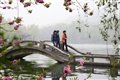 拱橋上的遊客