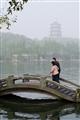 長橋遊客與雷峰塔