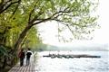 遊客漫步於堤邊
