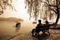 東浦橋-情侶坐望湖景份外浪漫