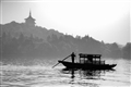 映波橋-近處小船遠處雷峰塔相互呼應