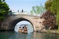 映波橋-遊船駛過橋下