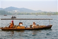 小船悠游西湖