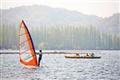 風帆與遊船一同遨遊由於西湖
