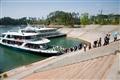 遊船停靠碼頭,遊客魚貫上岸