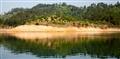 因水位變化,小島露出黃色土壤