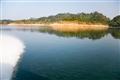 船身駛過水面積激起白色浪花