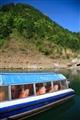 遊船與翠綠山脊