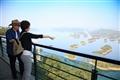 遊客眺望著千島湖的全景
