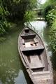 水道中的小木舟
