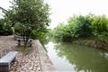 桑蠶絲故事館前的小河