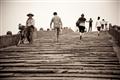廣濟橋上往來的居民